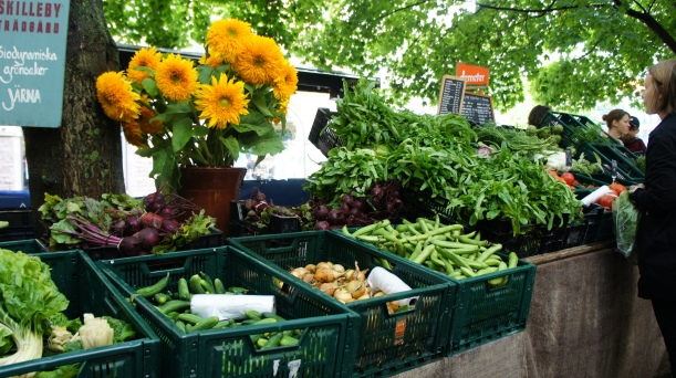 At least during the (short) summer months, Sweden already has a strong tradition of local purchasing, such as for example this Stockholm farmers' market. But should the government get involved? Image by Yukino Miyazawa via Flickr CC.